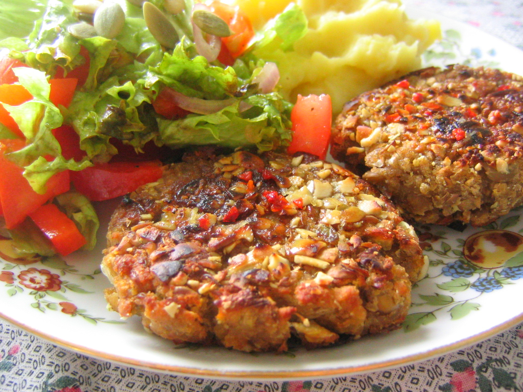 Vegan_patties_with_potatoes_and_salad